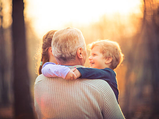 дедушка с внуками