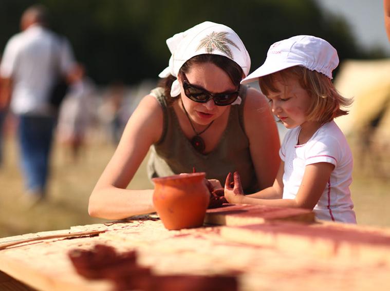 мама и дочка лепят из глины